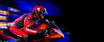 Motociclista sul fondo della città di sera Fotografia Stock