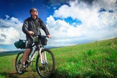 Motociclista sul plateau della Crimea sui precedenti delle nuvole immagine stock libera da diritti