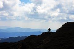 Motociclista sulla montagna Immagini Stock