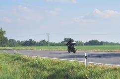 Motociclista sulla strada Fotografie Stock