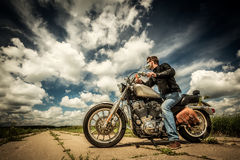 Motociclista sulla strada Fotografia Stock