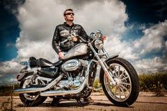 Motociclista sulla strada Fotografia Stock Libera da Diritti