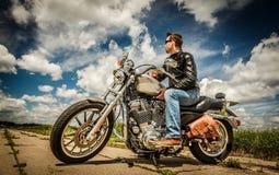 Motociclista sulla strada Fotografie Stock Libere da Diritti