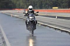 Motociclista sulla strada Immagine Stock