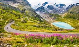 Motociclista sulla strada del passo di montagna nelle alpi Immagini Stock Libere da Diritti