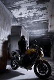 Motociclista in una gabbia Immagine Stock Libera da Diritti