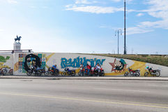 Motociclistas cubanos na frente dos grafittis Foto de Stock Royalty Free