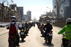 Motociclistas da coluna imagens de stock