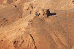 Motociclistas da montanha em montanhas vermelhas Imagens de Stock Royalty Free