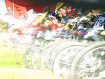 Motociclistas da montanha em um começo Imagens de Stock Royalty Free