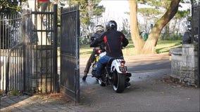 Motociclistas e carros que saem do parque público bloqueado video estoque