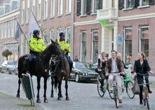 Motociclistas e polícias da equitação em Utrehct Imagens de Stock