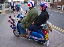 Motociclistas em 'trotinette's na reunião em Rye em Sussex, Reino Unido Foto de Stock
