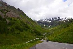 Motociclistas na estrada das montanhas Fotos de Stock Royalty Free