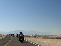 Motociclistas no deserto Fotografia de Stock