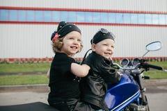 Motociclistas pequenos na estrada com motocicleta Imagem de Stock
