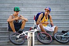 Motociclistas que descansam nas escadas 43 Foto de Stock