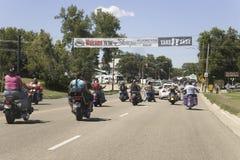 Motociclisti che entrano in Sturgis immagine stock