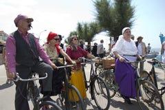 Motociclisti che guidano alcune vecchie biciclette. Immagine Stock