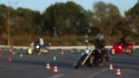Motociclisti della gimcana di Moto di lezioni di azionamento del motociclo stock footage