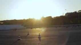 Motociclisti della gimcana di Moto di lezioni di azionamento del motociclo ai cicli del fondo di tramonto archivi video