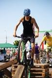Motociclisti di prova all'evento di prova dell'ostruzione Immagine Stock