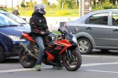 Motociclisti di Suzuki nel traffico Fotografie Stock Libere da Diritti