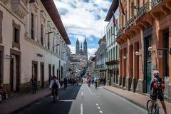 Motociclisti e pedoni su una via chiusa di domenica del Voto Nacional - Quito, Ecuador della basilica e di Quito Fotografia Stock