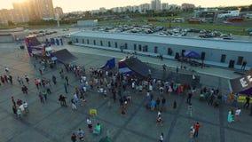 Motociclisti estremi felici di manifestazioni di Flycam sulla rampa di trucco contro il tramonto archivi video