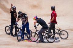 Motociclisti insieme sulla pista di sporcizia Immagini Stock Libere da Diritti