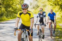Motociclisti su un allenamento di estate su un sentiero forestale Immagini Stock Libere da Diritti