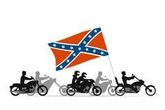 Motociclisti sui motocicli con la bandiera del ribelle del confederato Immagine Stock