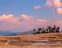 Motociclisti sulla rottura sulla strada di Transalpina immagine stock