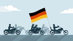 Motociclisti tedeschi sui motocicli con la bandiera nazionale Fotografia Stock
