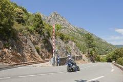 Motociclo che attraversa strada ferrata in Corsica, Fran Immagini Stock Libere da Diritti