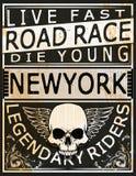 Motociclo che corre i grafici ed il manifesto di tipografia Cranio e vecchio illustrazione di stock