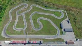 Motociclo che corre sulla pista per karting Vista da sopra archivi video