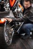Motociclo d'esame del cliente. Punto di vista superiore dei giovani allegri dentro Immagini Stock