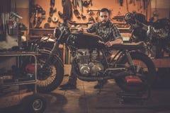 Motociclo del caffè-corridore di stile dell'annata e del meccanico Fotografie Stock
