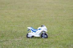 Motociclo del ` s dei bambini sul campo Fotografia Stock