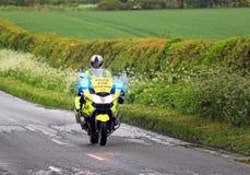 Motociclo della polizia di emergenza con il lampeggiamento blu delle luci Fotografia Stock