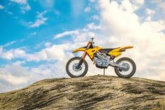 Motociclo di corsa giallo sulla pista di motocross Fuori dalla strada 3d fotografie stock libere da diritti