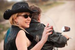 Motociclo di guida delle coppie di divertimento all'esterno nel deserto fotografie stock libere da diritti