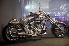 Motociclo di sport dei selettori rotanti su ordinazione del TT grande su esposizione all'Expo del motobike dell'Eurasia, Expo di  Fotografia Stock Libera da Diritti