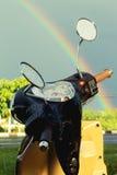 Motociclo ed arcobaleno dopo pioggia Fotografia Stock