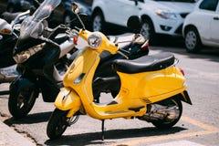 Motociclo giallo della motocicletta del motorino di motore di sprint di Piaggio parcheggiato Fotografia Stock