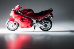 Motociclo rosso e fondo scuro Fotografia Stock Libera da Diritti