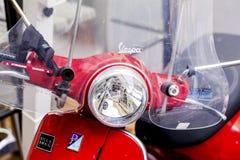 Motociclo rosso sulla via - primo piano della vespa Immagini Stock Libere da Diritti