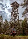 Motociclo sotto la torre di legno Immagine Stock