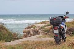 Motociclo sulla costa di mare fotografia stock
